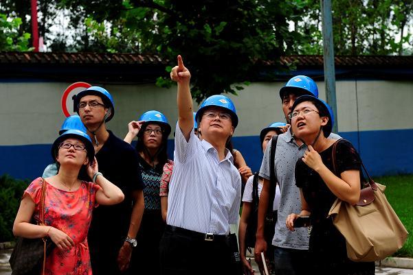 何小龙总带领新员工参观琉璃河水泥厂。